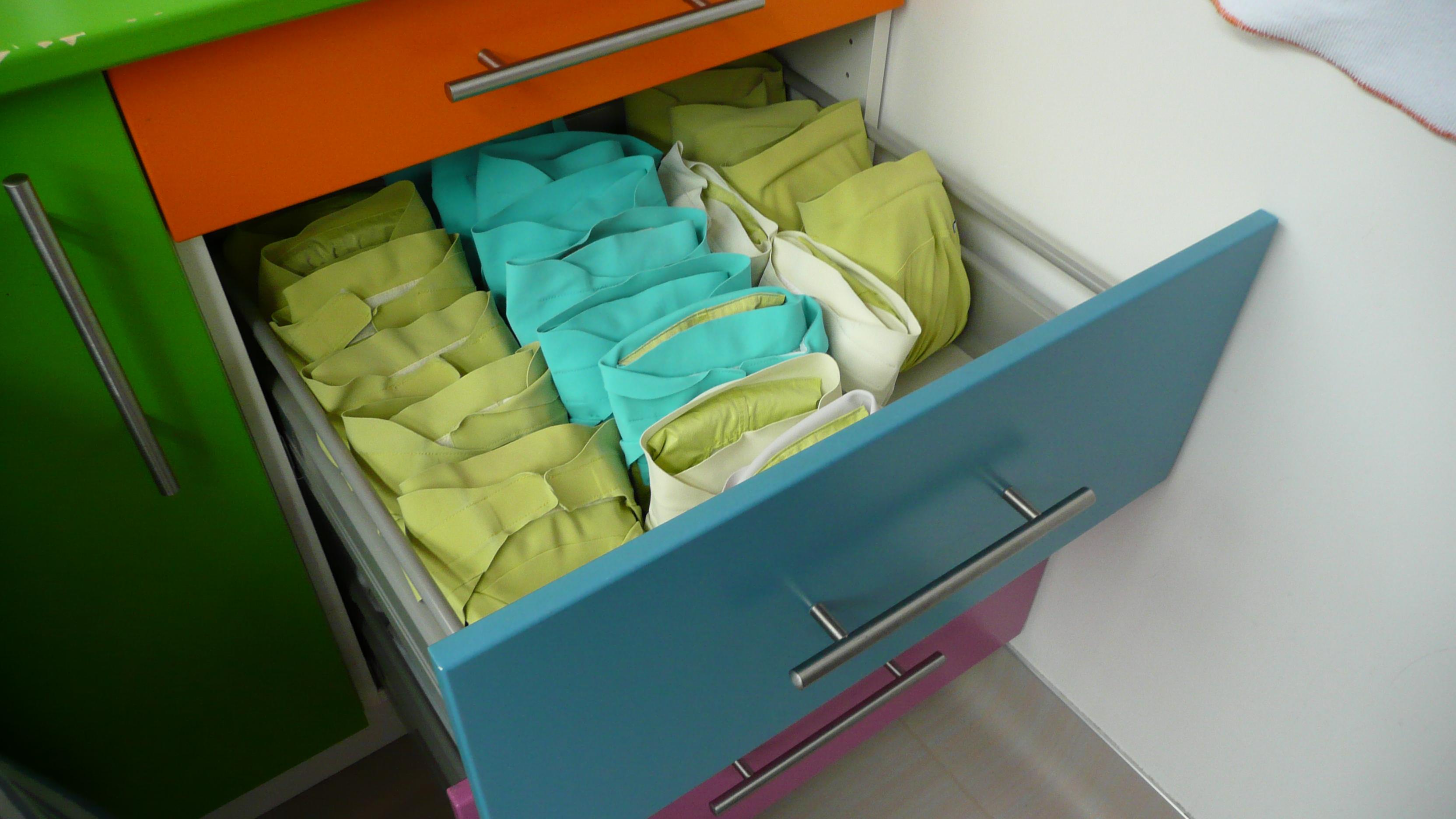les couches hamac en cr che. Black Bedroom Furniture Sets. Home Design Ideas